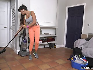 Fake boobs cleaning lady Mercedes Carrera gives a blowjob for doctrinaire