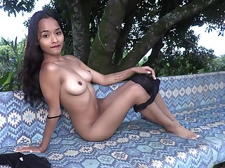 Amateur model Liloo spreads her legs and plays with her cunt